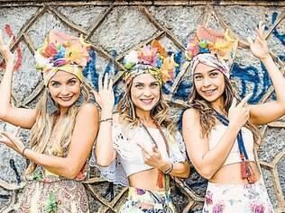 Trio de Carmens Mirandas roubaram a cena no bloquinho. O adereço com frutas combinado com colares e mix de estampas ficou um charme