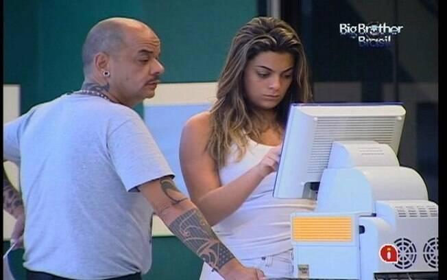 Monique faz autoavaliação nas fotos da Festa Pop Brasil