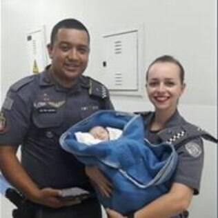 Policiais que encontraram bebê em bueiro
