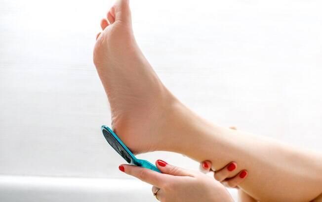 lixando os pés
