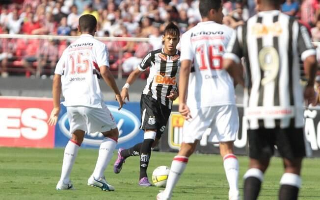 Neymar deu mais passes e finalizou mais que Lucas no clássico ... 719df9ec2d2ea