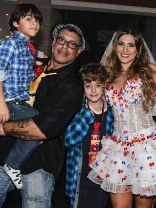 Lívia Andrade recebeu o amigo Alexandre Frota com os filhos