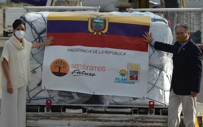 Congresso do Equador pede destituição de ministro da Saúde que vacinou familiares
