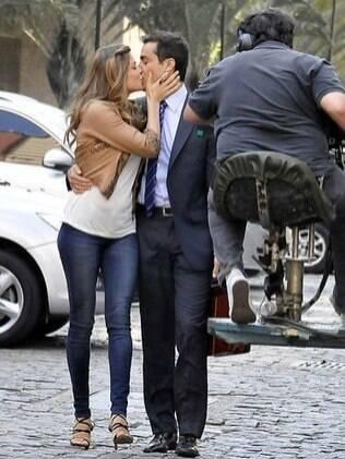 Vicente e Lucena trocam beijos