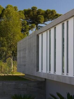 Dividida em dois níveis: térreo e subsolo, a casa que fica em Bento Gonçalves, RS, leva concreto aparente em toda sua volta