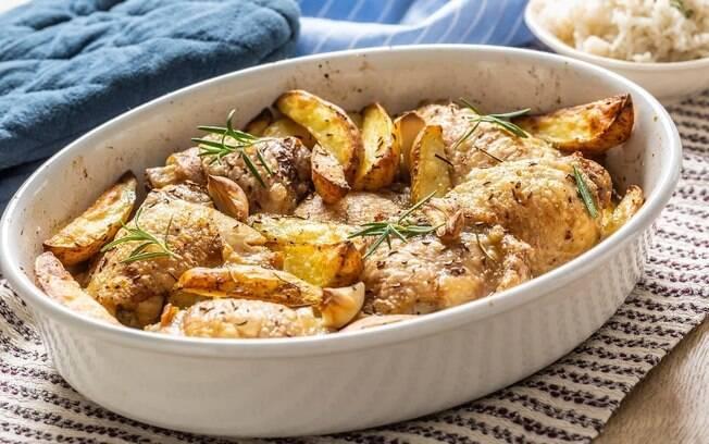 Frango assado com batatas e toque de gergelim fica pronto em duas horas já que usa pedaços menores da carne