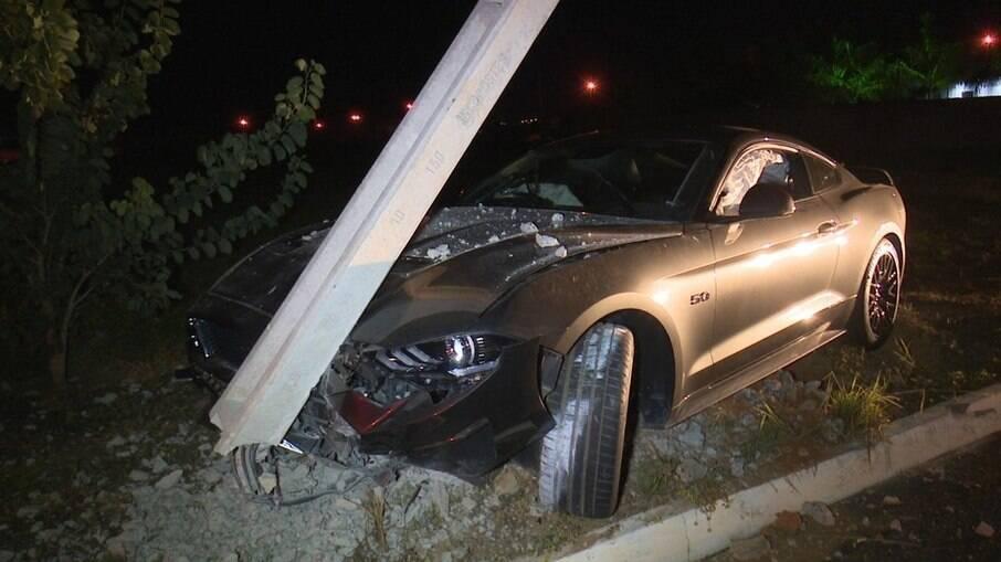 Batida do Mustang avaliado em R$ 300 mil conta um poste ocorreu no último sábado, 08