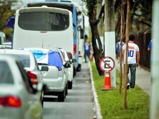 Congestionamento.Falta de vagas e busca por pontos mais próximos acabam resultando em longas filas de carros na região do Mineirão
