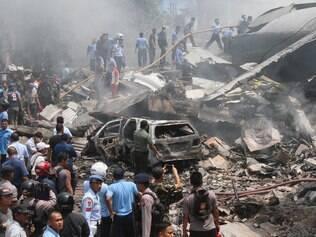 Avião militar cai e mata pelo menos 49