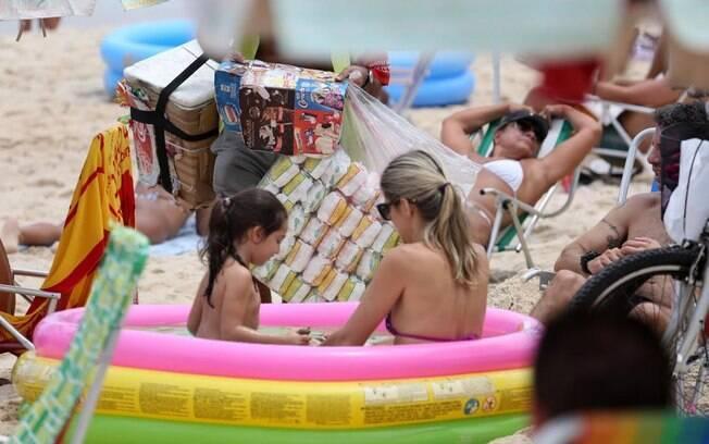 Ingrid Guimarães e a filha Clara: diversão na praia