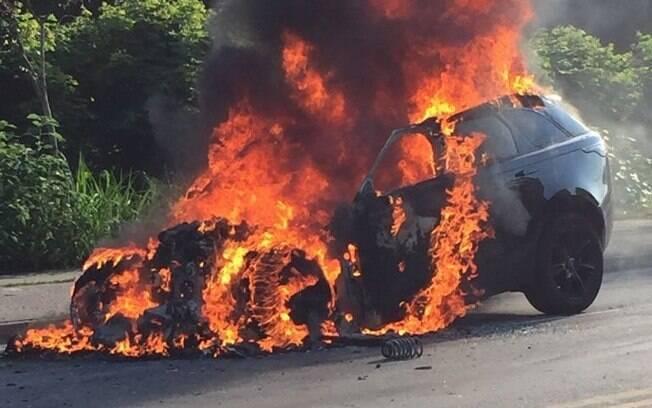 Carro de Paquetá em chamas