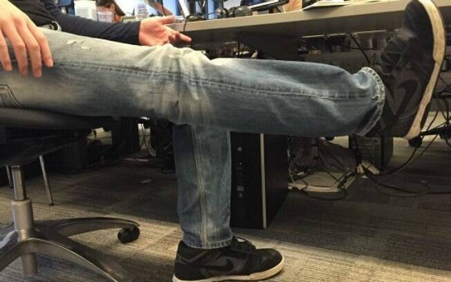 Levantar e esticar as pernas, de forma alternada ou simultânea. É um trabalho específico para o quadríceps.