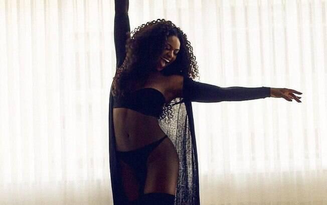 Sextou! Cris Vianna arrasa ao postar foto só de lingerie preta