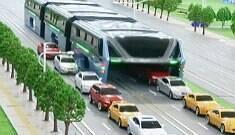 """China apresenta """"ônibus do futuro"""" que trafega sobre carros"""