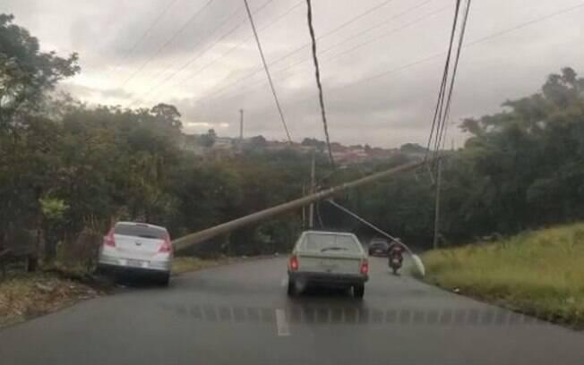 Poste fica pendurado em fios elétricos após batida de carro em Americana
