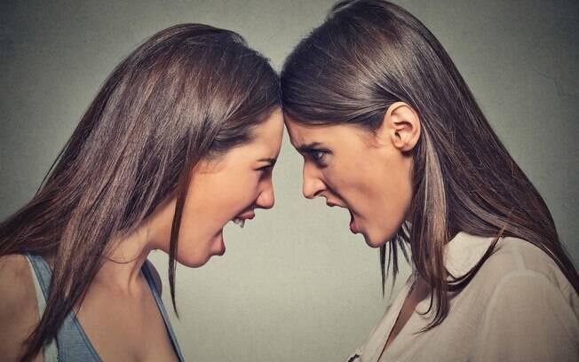 Amizade entre mães termina após a  filha de uma delas dizer ao filho da outra que ele não tem um pai
