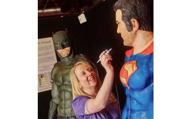 Rose dá os últimos retoques no rosto do Super-Homem