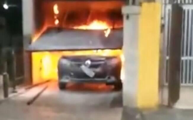 Imagens mostram momento exato em que carro explode após pegar fogo