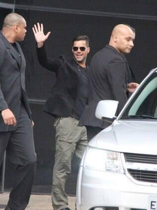 Simpático, Ricky Martin acenou para os fãs que o esperavam na porta