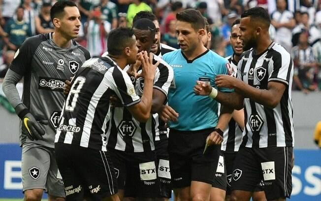 Jogadores do Botafogo reclamam com o árbitro da partida