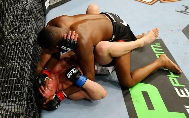Jones leva luta contra Sonnen para o chão