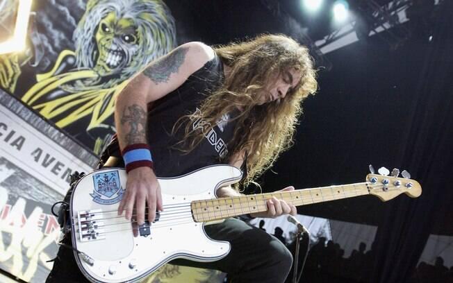 Steve Harris, baixista do Iron Maiden, é tão  apaixonado pelo West Ham que carrega o escudo do  time no instrumento