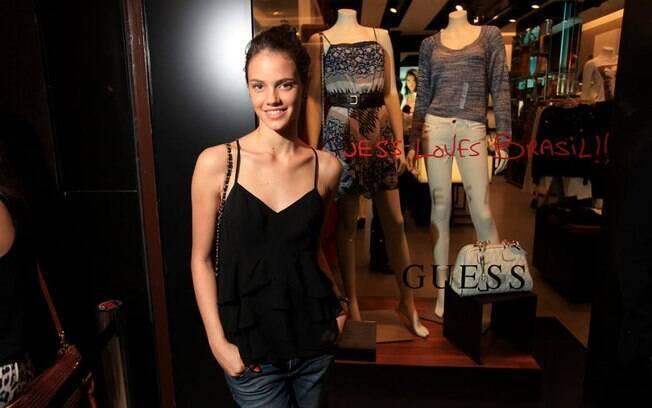 Laura Neiva na inauguração da loja Guess Cidade Jardim, em São Paulo
