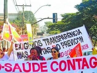 Pressão .   Servidores fizeram passeata na avenida João César para lutar por melhores condições