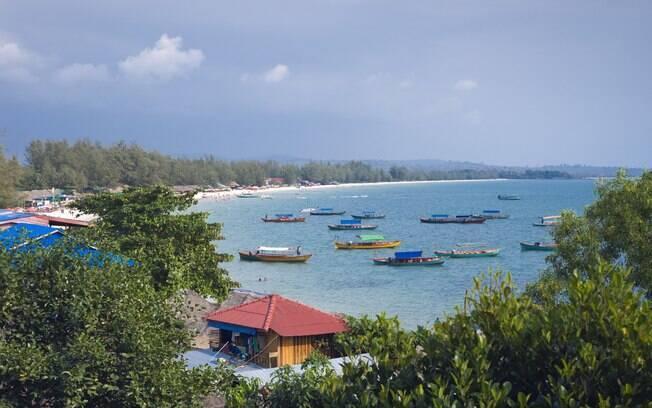 Balneário de Sihanoukville tem belas praias e muita festa
