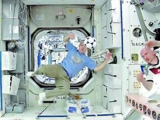Astronautas jogam futebol na Estação Espacial em homenagem à Copa do Mundo