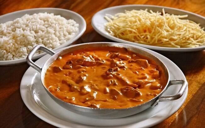 No Brasil, um bom estrogonofe tem que ser servido acompanhado por arroz e batata palha