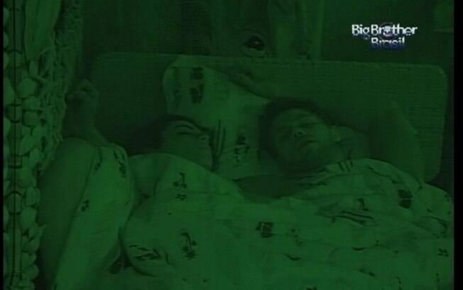 Jonas ronca bem perto de Monique e a sister não acorda com o barulho