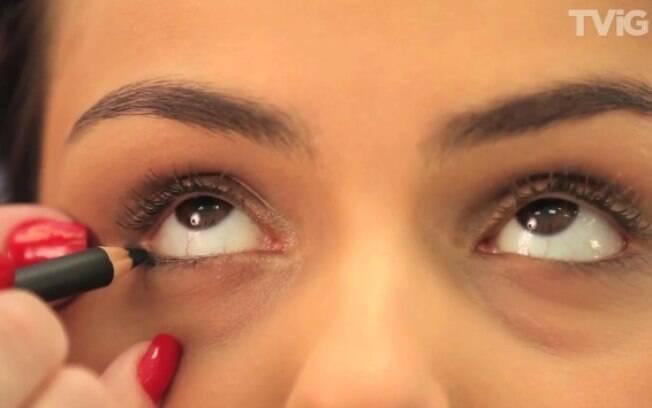 Use o lápis especialmente no canto externo dos olhos