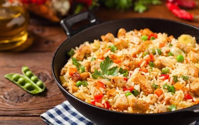 O arroz de forno é uma ótima opção para você que quer aproveitar ingredientes da geladeira