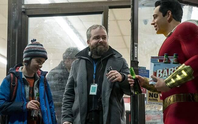 O diretor David F. Sandberg orienta os atores Zachary Levi e Jack Dylan Grazer no set de