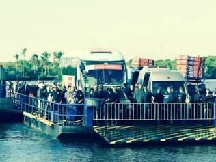 Ônibus com a delegação alemã teve um pequeno problema ao desembarcar da balsa que o levava de Cabrália a Santo André