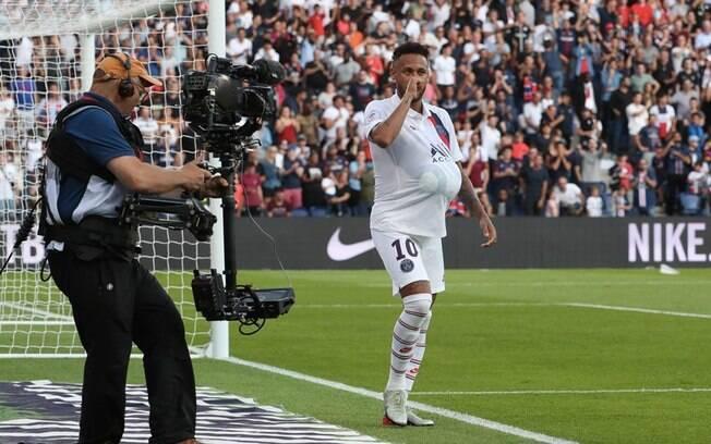Neymar comemorou seu gol com bola na barriga e chupando o dedão