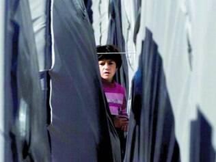Abrigo. Criança curda no campo de refugiados erguido na região da fronteira entre a Síria e a Turquia