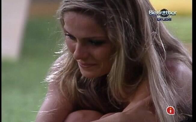 Sister chora de emoção no jardim da casa