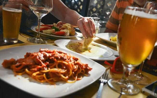 Manter uma dieta equilibrada e evitar consumo excessivo de álcool são formas de se evitar problemas nas mamas