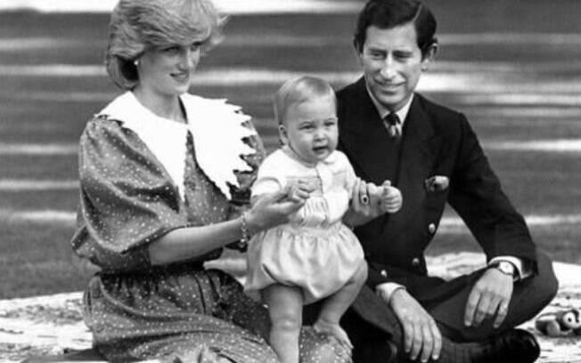 Príncipe William com os pais Charles e Diana