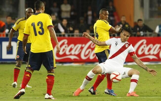 Paolo Guerrero em ação contra a Colômbia  pelas eliminatórias da Copa 2012
