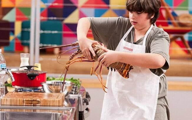 Lorenzo apostou na lagosta e conseguiu uma vaga na final do 'MasterChef Júnior'. Clique na foto e aprenda a preparar uma versão grelhada do crustáceo