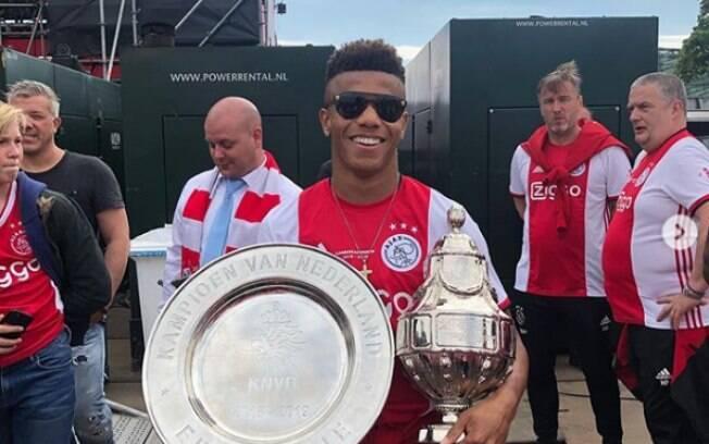 David Neres posou com o troféu da Eredivisie