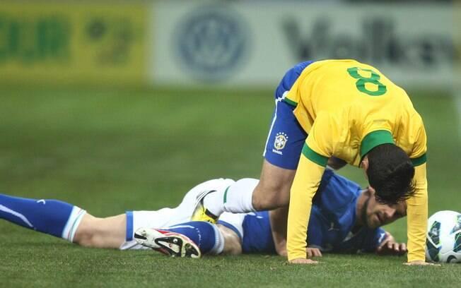 Hernanes tenta ficar com a bola após disputa  com Maggio