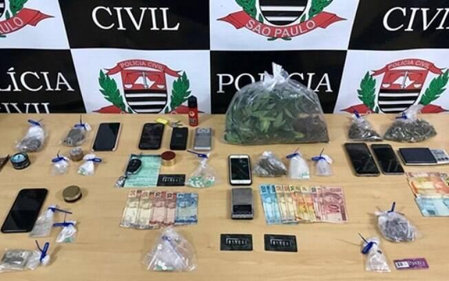 Com os nove estudantes foram encontrados drogas sintéticas, um veículo e diversos objetivos para o tráfico
