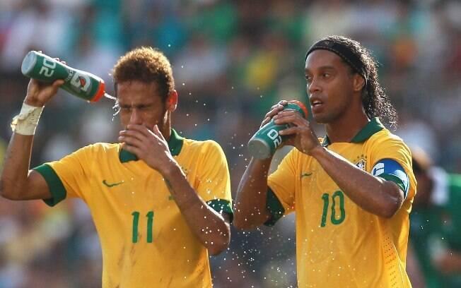 Ronaldinho deu o passe para o primeiro gol de  Neymar em Santa Cruz de la Sierra