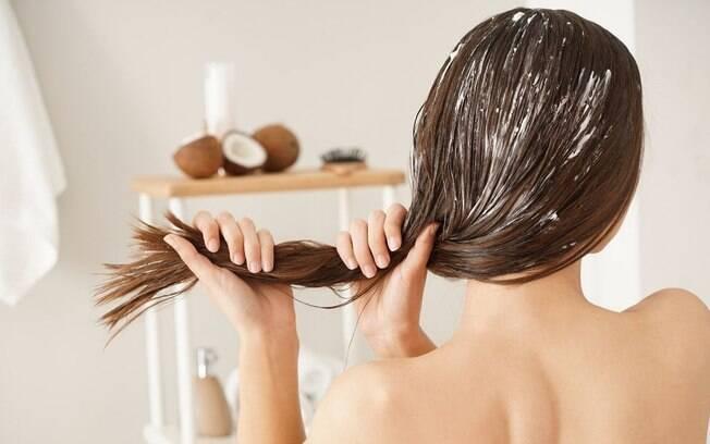 Óleo de coco nos cabelos: aliado ou rival?