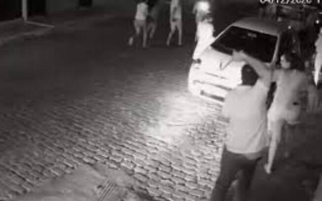 Prefeito agrediu manifestantes com cinto na porta de casa