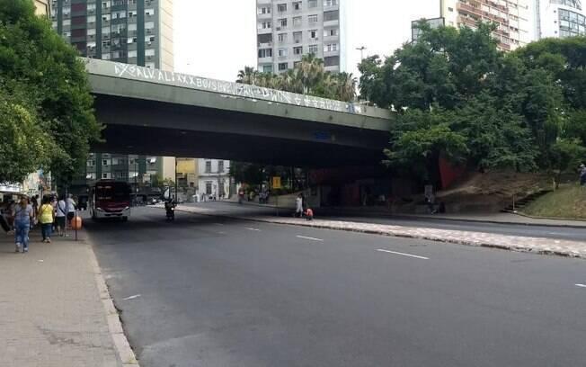 O homem caiu do Viaduto José Loureiro da Silva, no centro de Porto Alegre